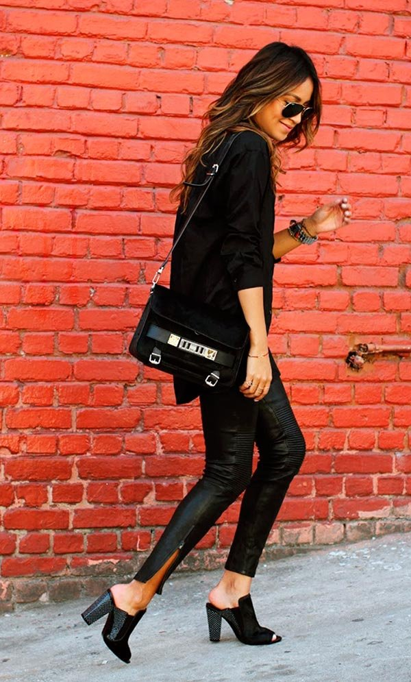 Street style look all black com mule