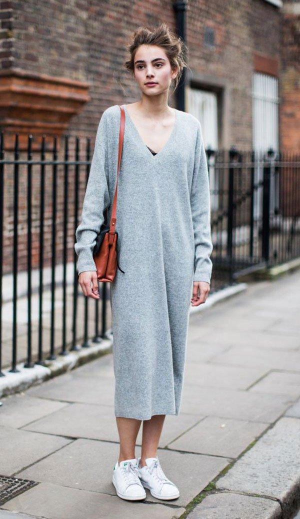 Street style look com vestido cinza e tênis