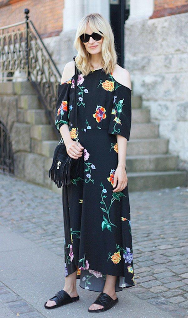 Street style look vestido floral e sandália slider.