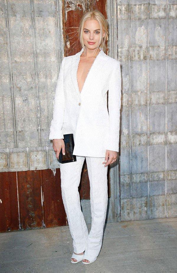 ae84373e2 Margot Robbie usa conjuntinho de terno branco e sapato branco