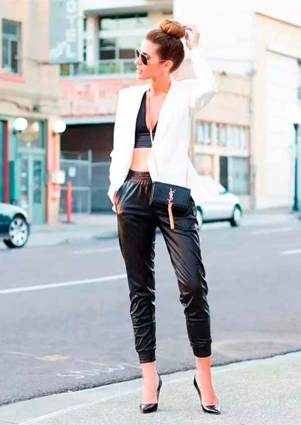 Look estiloso com cropped top de renda preto, calça sport, blazer branco com scarpin