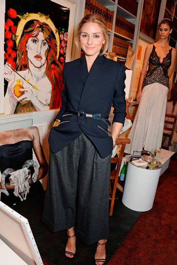 Olivia Palermo usa cinto sobre blazer com calça cropped e sandália de tiras