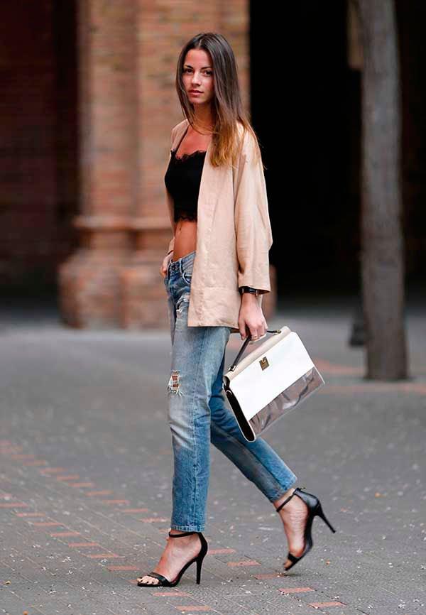 Hi-low com top cropped e calça jeans boyfriend com sandália de tiras preta