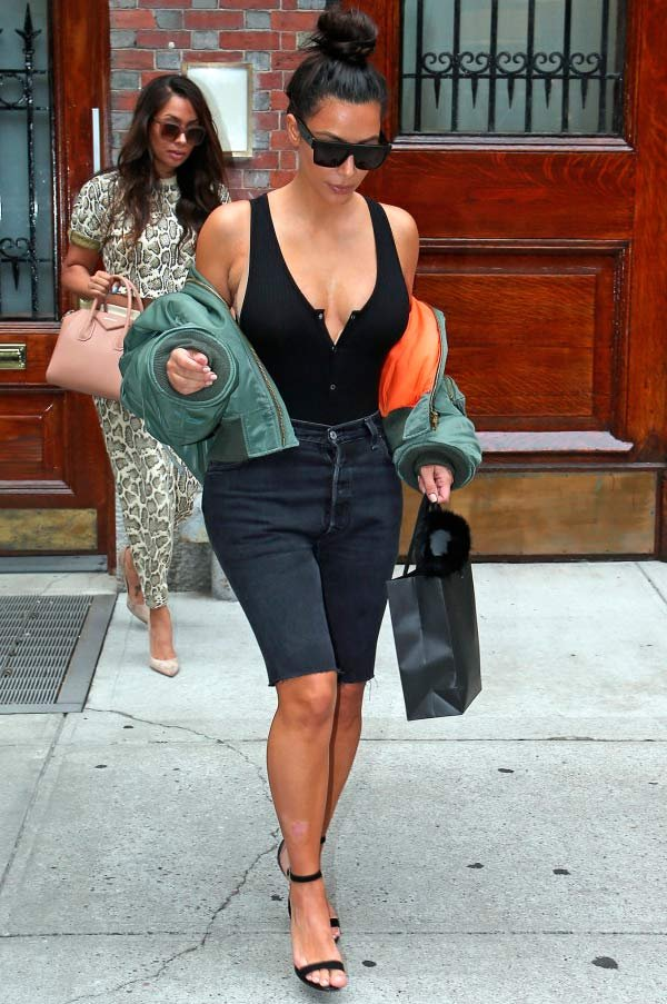 kim kardashian aderiu a moda das bermudas!