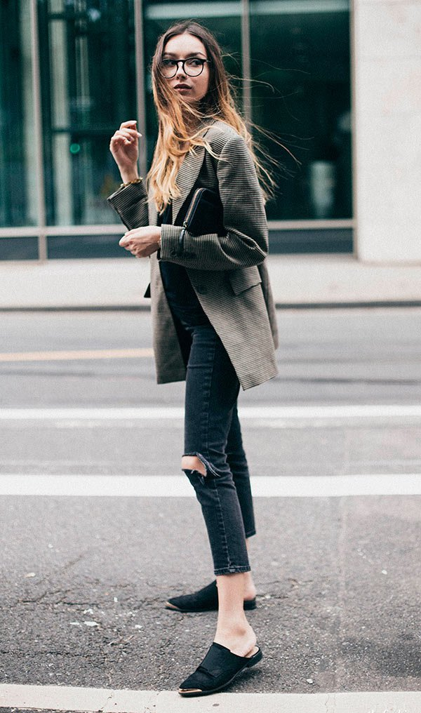 Street style look com maxi blazer e calça jeans.