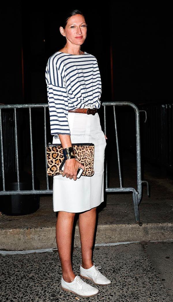 Street style look com saia lápis e blusa listrada.