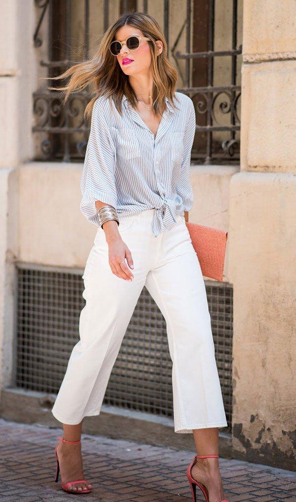 Street style look camisa listrada e calçca cropped branca.