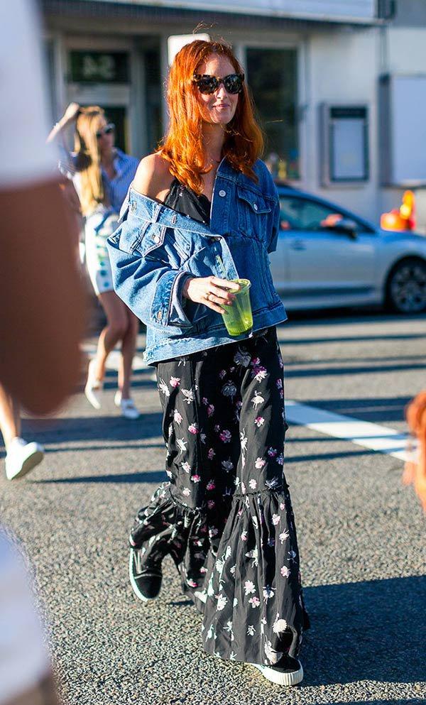 Street style look com vestido estampado e jaqueta jeans.