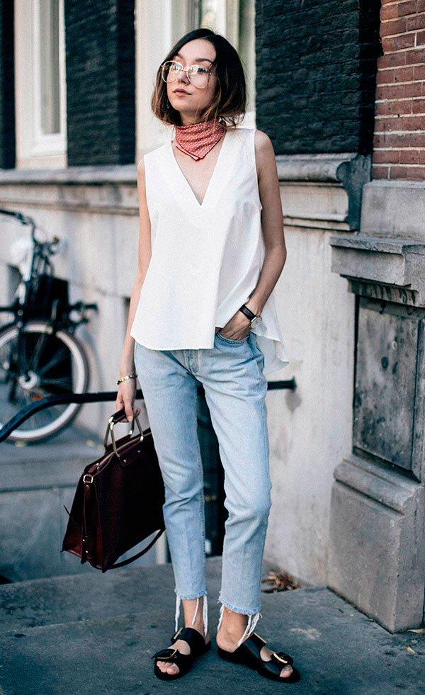 Street style look com regata branca, calça jeans e lenço no pescoço.