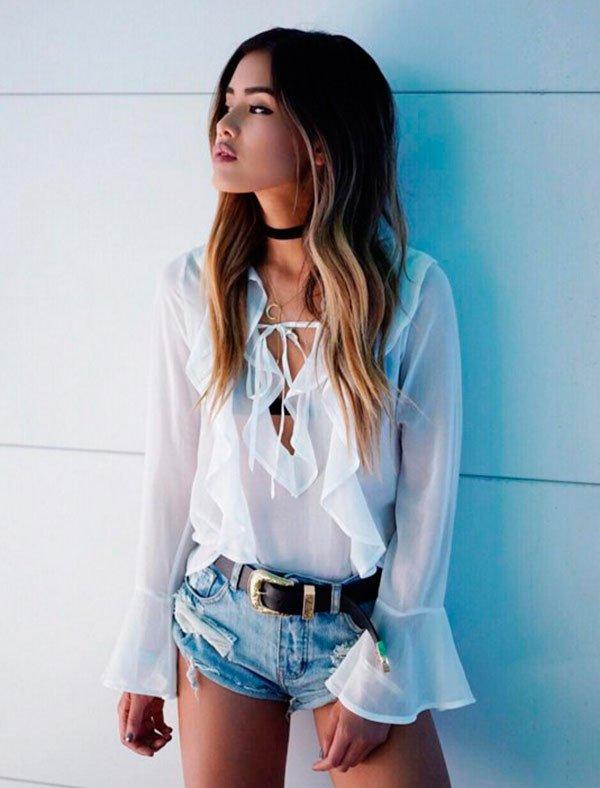 Street style look com camisa branca  e shorts jeans.