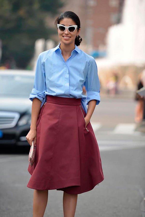 camisa azul e saia burgundy