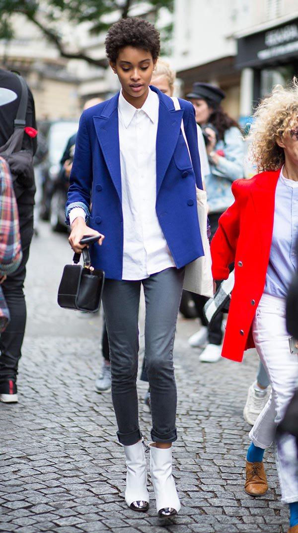 Street style look com camisa e bota branca.
