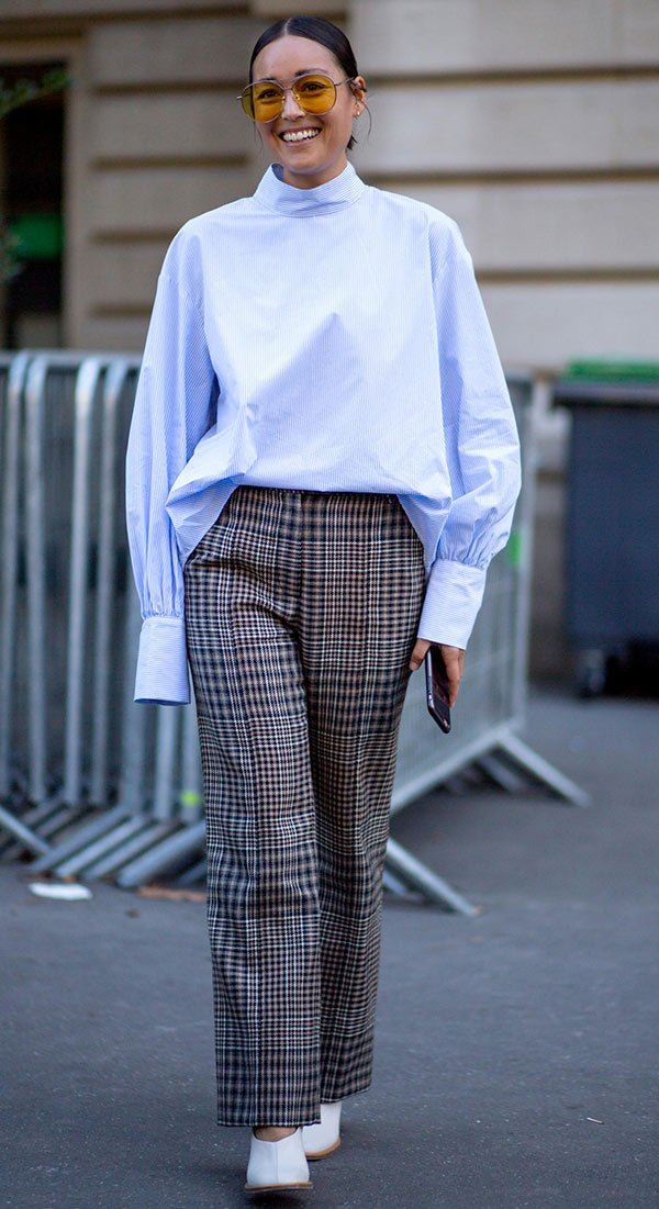 Street style look com camisa social e calça xadrez.