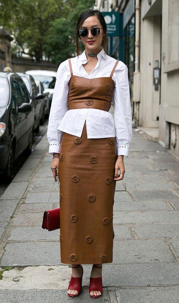 Street style look com camisa e saia midi.