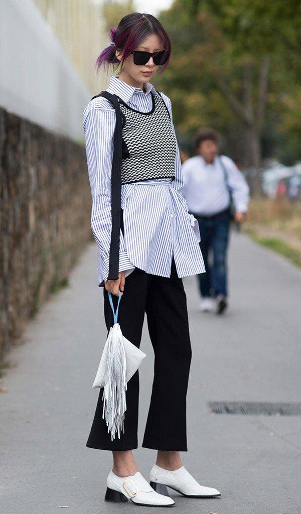 Street style look com sapato branco.