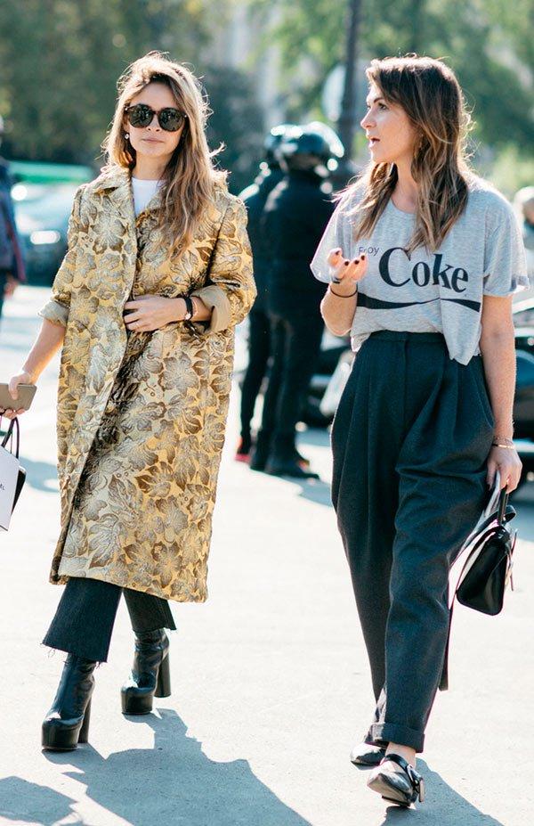Street style look com camiseta e calça cenoura.