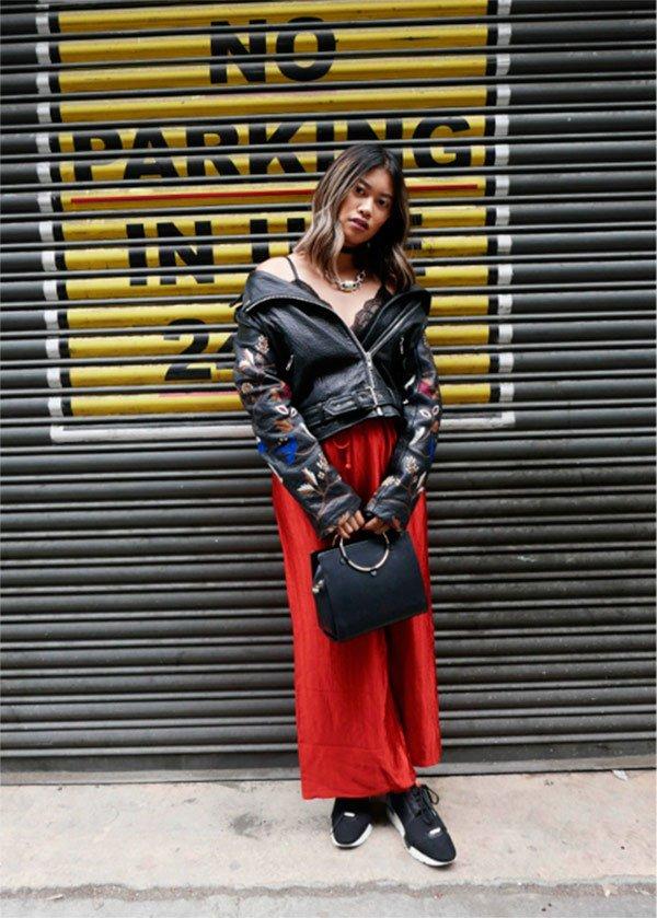 Street style look com jaqueta preta e saia.