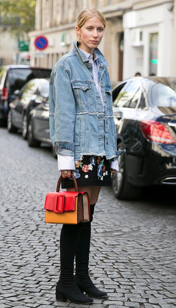 Street style look com jaqueta jeans oversized.