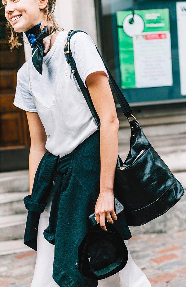 Street style look com lenço no pescoço.