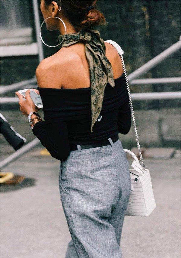 Street style look com lenço pra trás.
