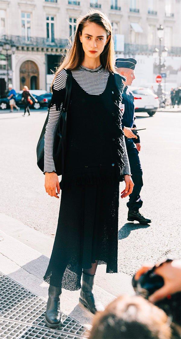Street style look vestido com blusa.