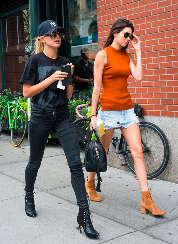 Hailey Baldwin usa look total black com pegada rocker e boné