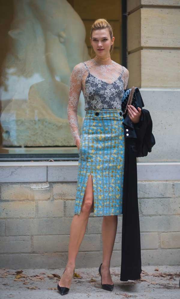Karlie Kloss faz hi-lo sexy com blusa de renda e saia lápis