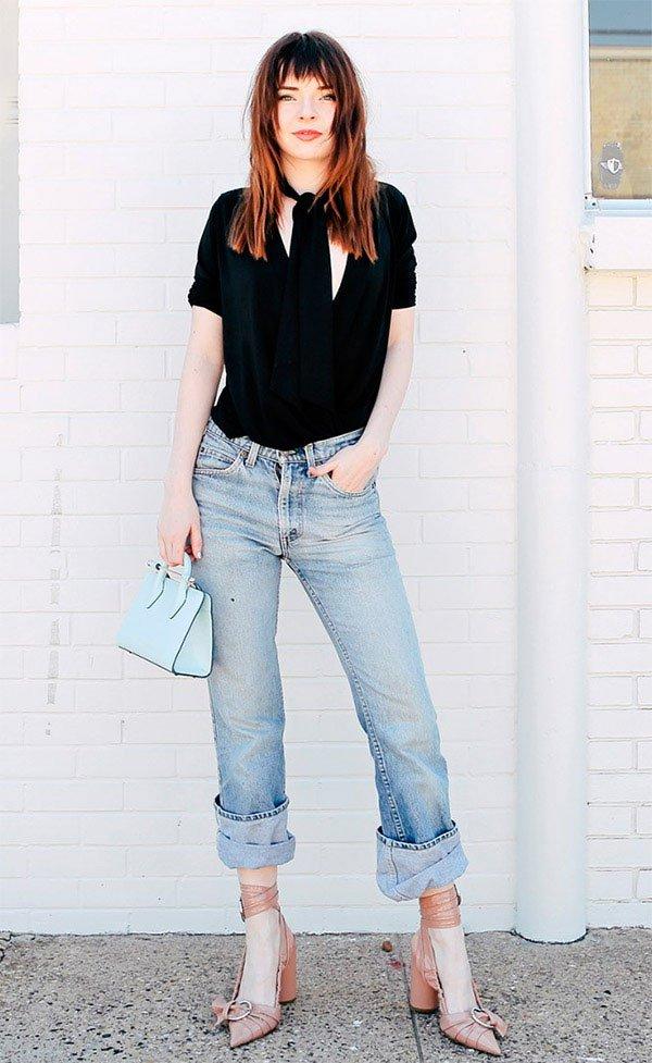 Street style look com salto e calça jeans.