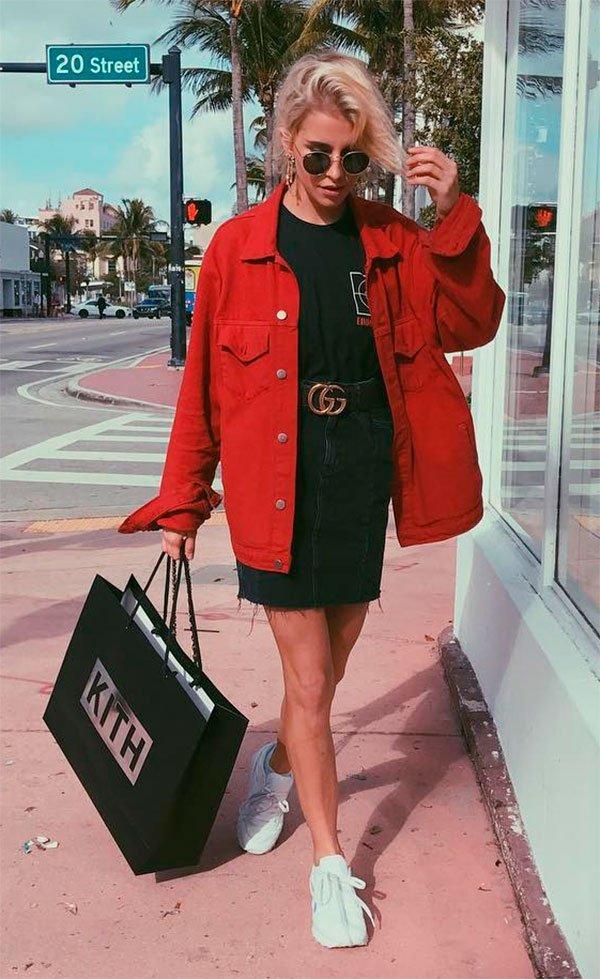 Street style look com jaqueta vermelha.