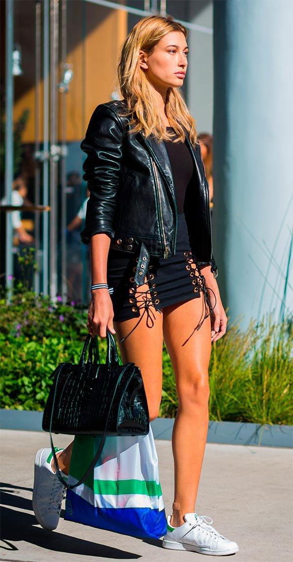 Street style look com saia amarrações.