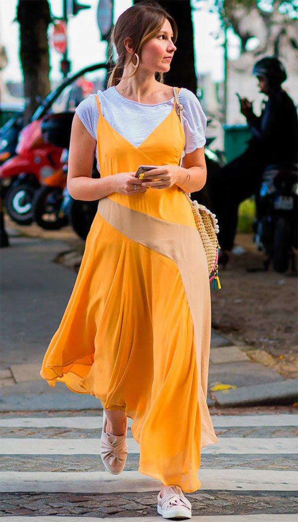 Street style look com vestido amarelo.