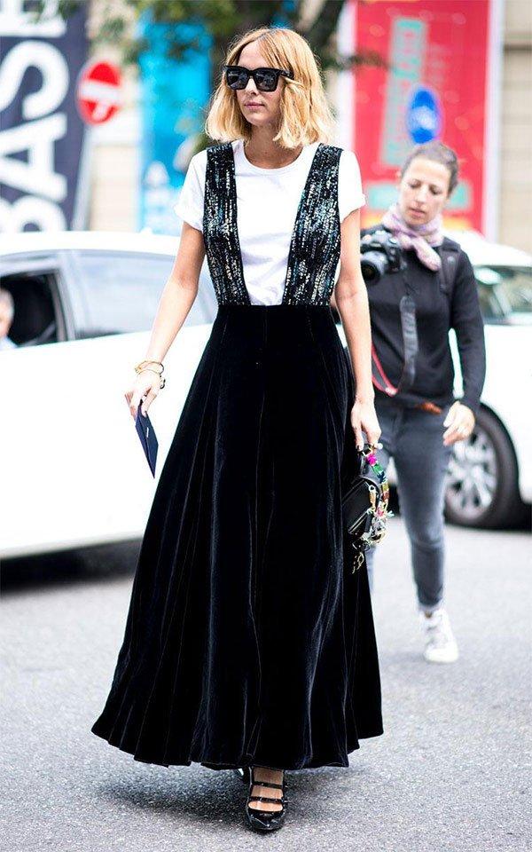 Street style look com vestido longo e camiseta.