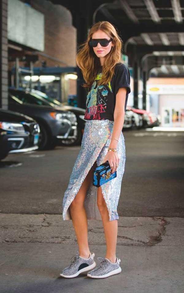 Chiara Ferragni usa t-shirt de banda com saia de paetês e tênis