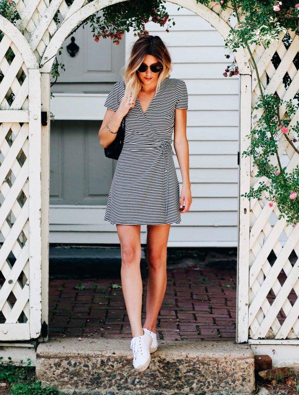 Caitlyn Warakomski com vestido listrado