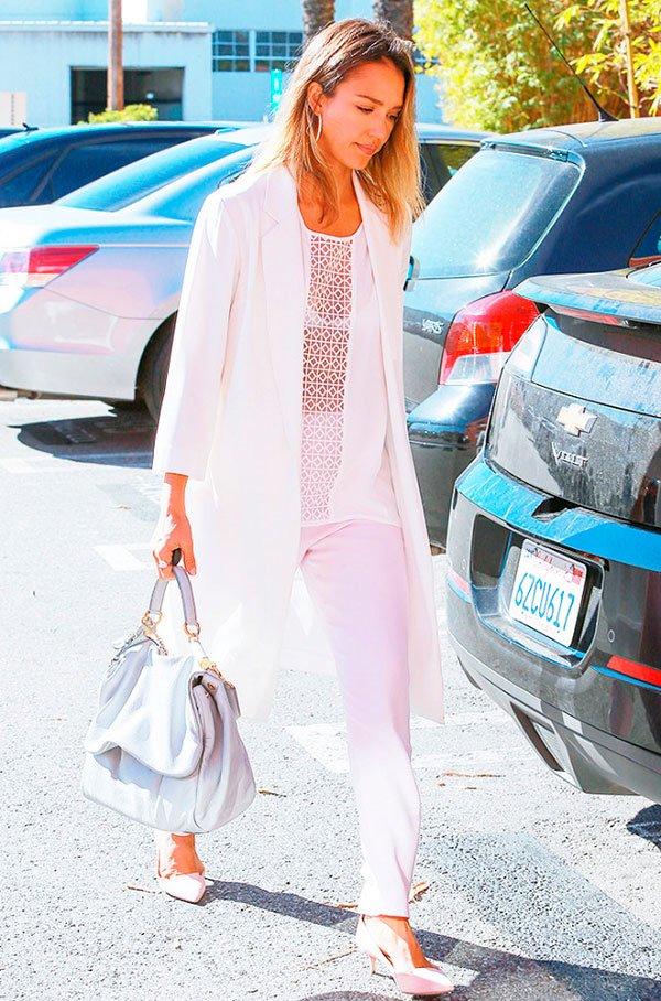 Jessica Alba usa look monocromático que emagrece