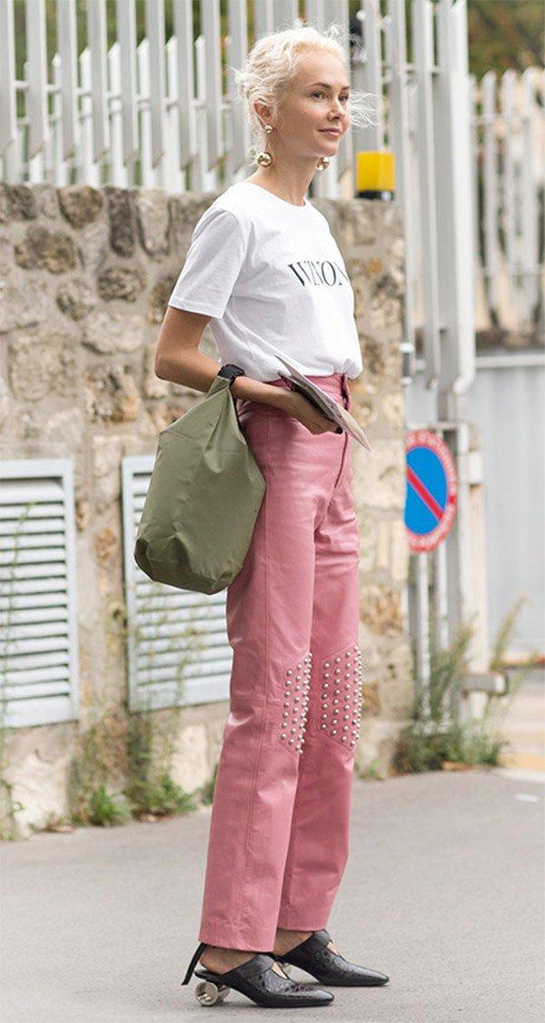 Street style look com calça rosa.