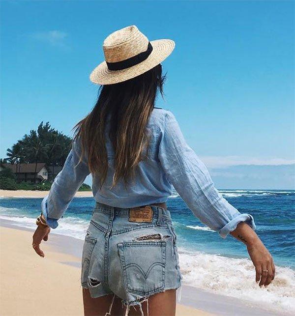 Look praia com camisa e shorts jeans.