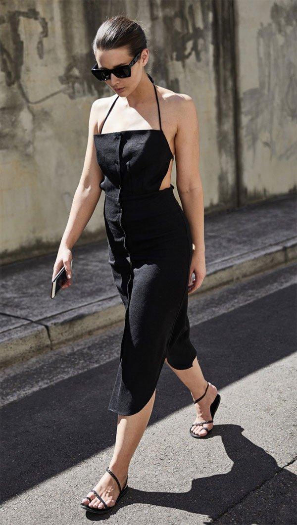 Street style look com vestido longo preto.