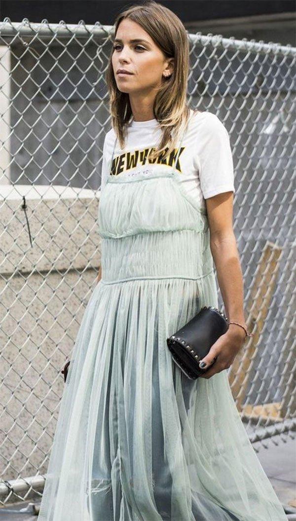 Street style look com vestido e camiseta.
