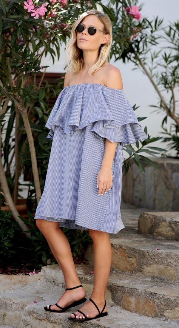 Street style look com vestido azul e babados.
