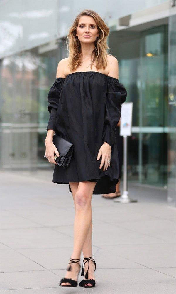 Street style look com vestido preto ombro a ombro.