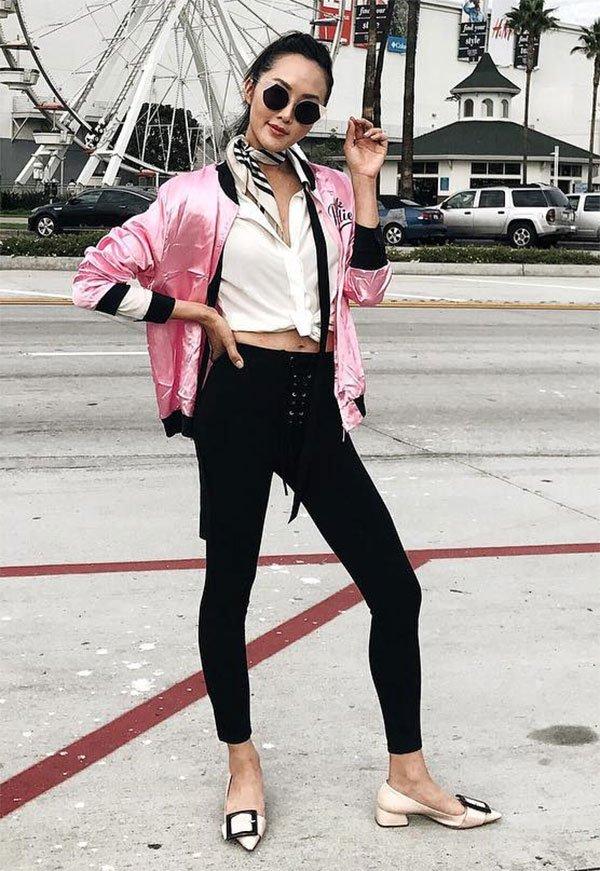 Street style look bomber jacket rosa.