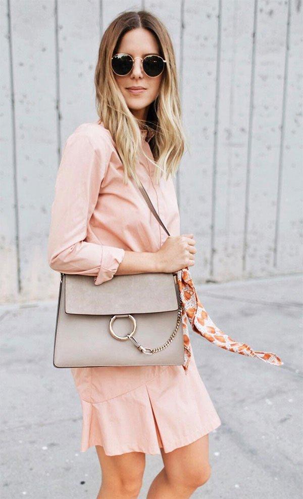 Street style look com chemise rosa.