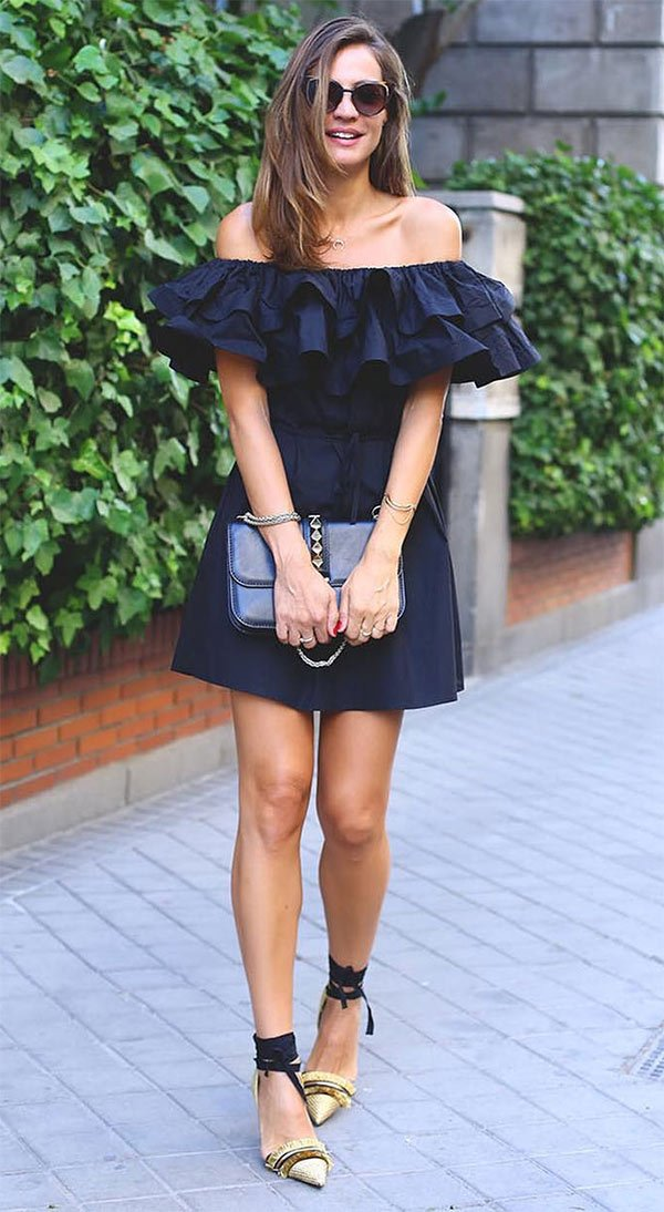 Street style look com vestido preto.