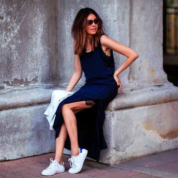 vestido e tênis branco