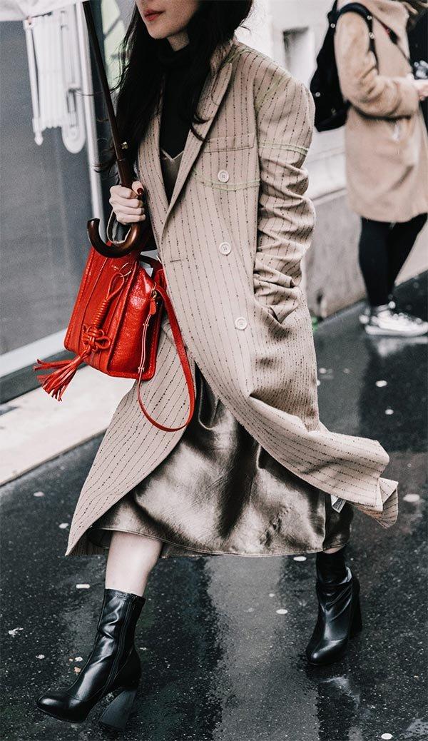 Street style look bolsa vermelha.
