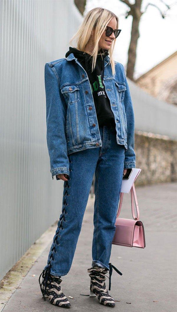 Street style look com calça e jaqueta jeans.