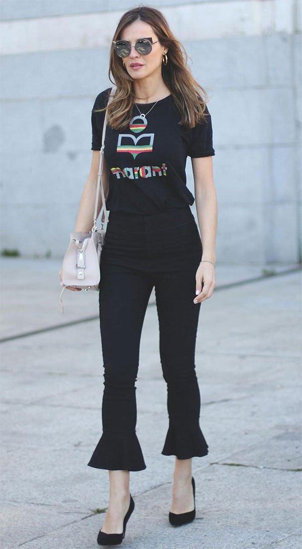 Street style look com camiseta e calça preta.