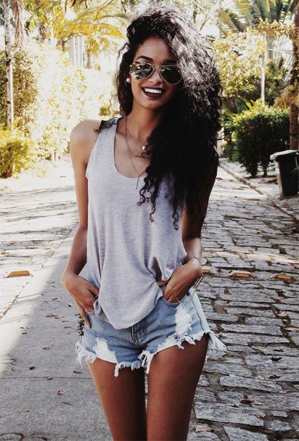 Street style look com short jeans.