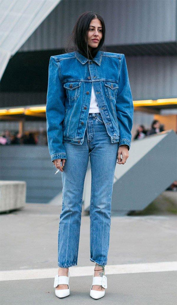 Street style look com jaqueta e calça jeans.